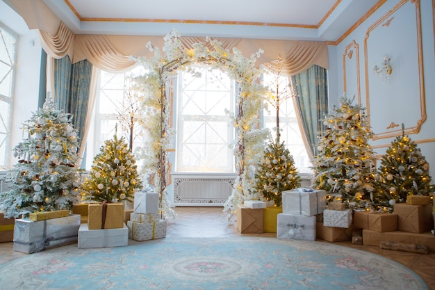 Feestelijk interieur: kerstboom en bank met kussens, cadeaus. het concept van kerstmis en het nieuwe jaar.