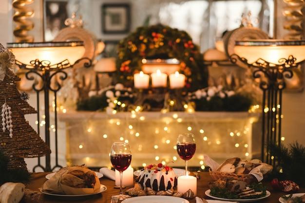Feestelijk kerstdiner. traditioneel kerstvoedselconcept