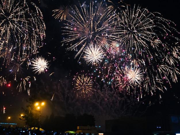 Feestelijk kleurrijk vuurwerk in de nachthemel in kineshma bij overleg van kunstenaar basta