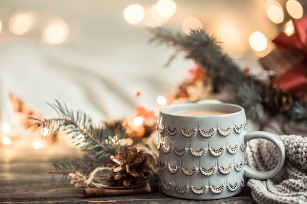 Feestelijk met cup op hout met verlichting en feestelijke inrichting. gezelligheid en comfort thuis