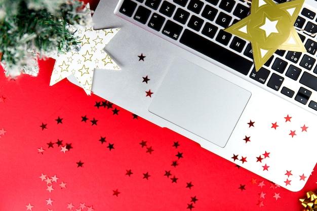 Feestelijk met kerstartikelen en een laptop