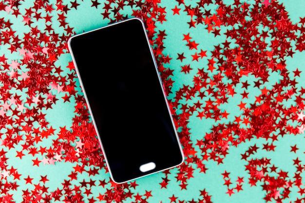 Feestelijk met kerstartikelen en een telefoon