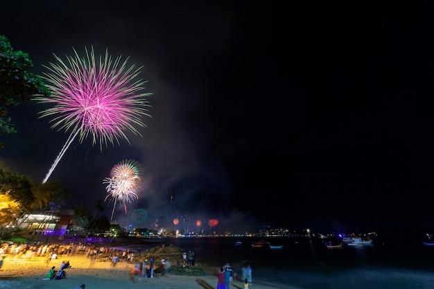 Feestelijk nieuwjaar 2019 met vuurwerk de mensen vieren nieuwe jaardag bij patongstad phuket thailand
