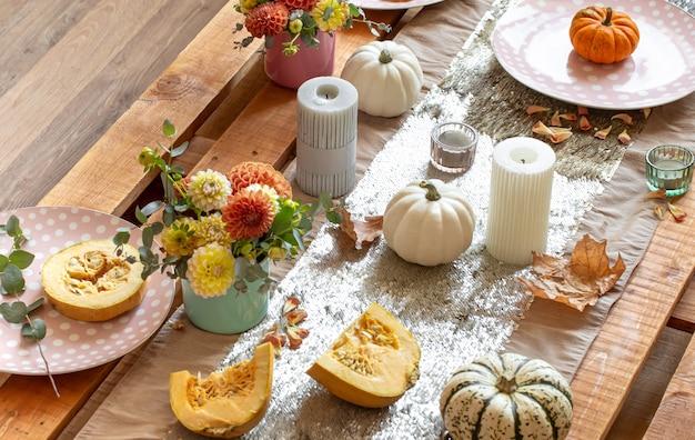 Feestelijk tafeldecor met pompoenen en chrysantenbloemen