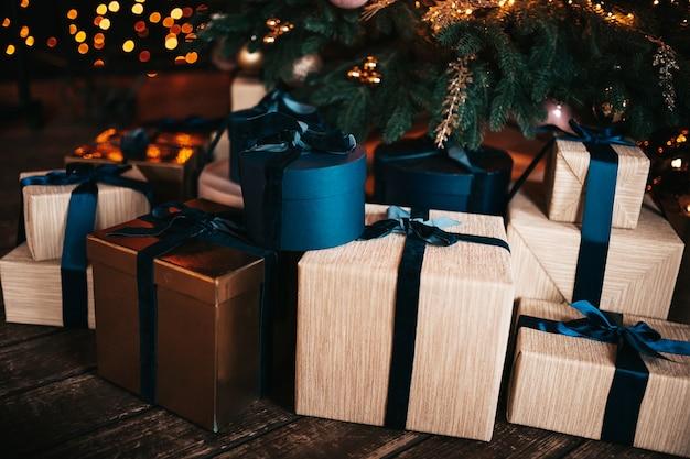 Feestelijk verpakte dozen kerstcadeaus