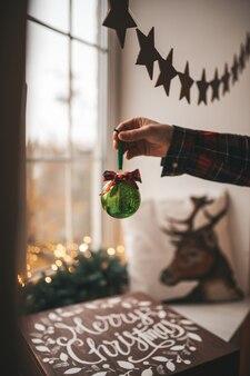 Feestelijk versierde houten kerstkist met kerstversiering. wintergeest