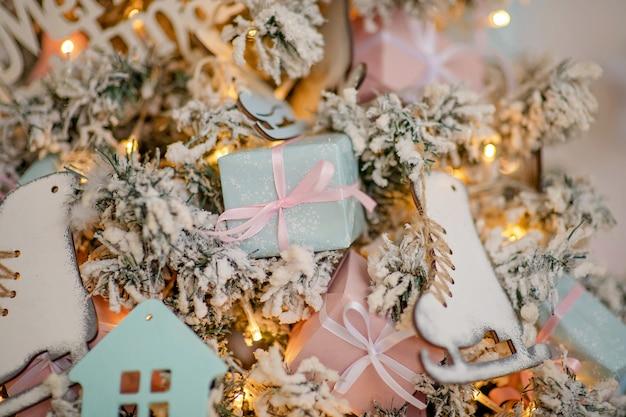Feestelijk versierde kerstboom met speelgoed