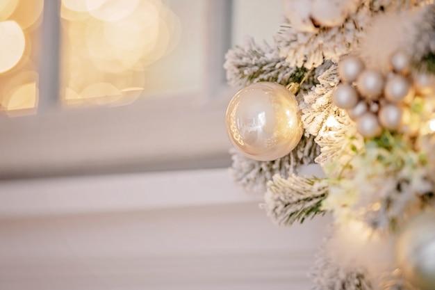 Feestelijk versierde kerstboom