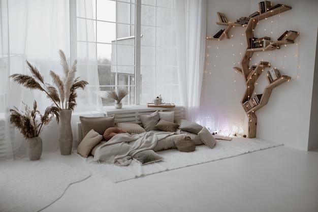 Feestelijk versierde kerstkamer met een gezellig interieur. winter kerstsfeer