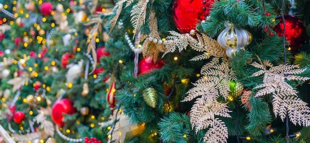Feestelijk versierde mooie takken van een kerstboom.