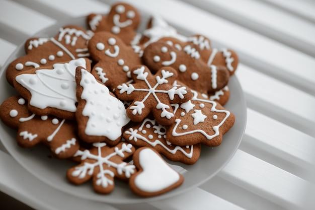Feestelijk versierde peperkoekkoekjes op een bord. winter kerstsfeer