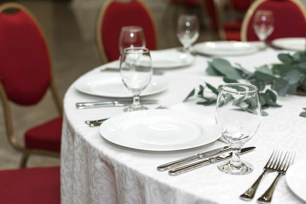 Feestelijk versierde ronde bankettafel in het restaurant