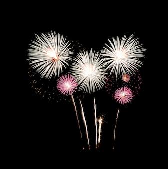 Feestelijk vuurwerk dat over nachtelijke hemel explodeert, die op zwarte achtergrond wordt geïsoleerd