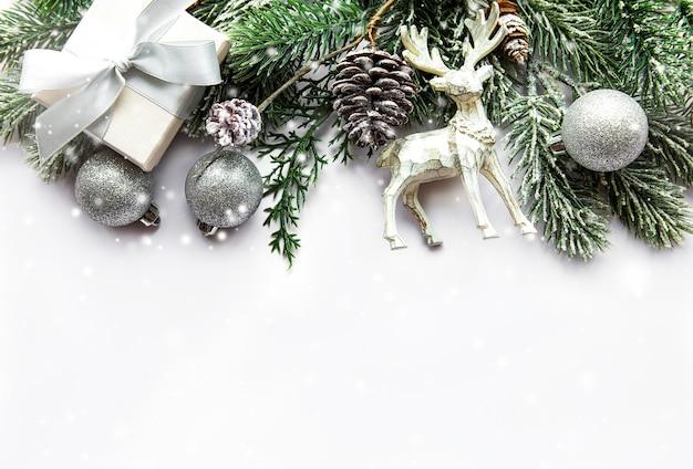 Feestelijk wit oppervlak met kerstversiering
