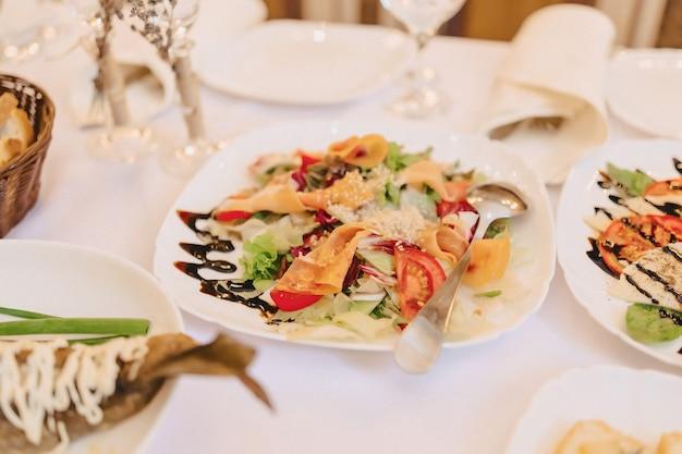 Feestelijk zout buffet, vis, vlees, chips, kaasballen en andere specialiteiten voor het vieren van bruiloften en andere evenementen