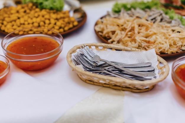 Feestelijk zout buffet, vis, vlees, friet, kaasballetjes en andere specialiteiten voor het vieren van bruiloften en andere evenementen