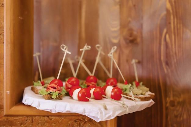 Feestelijk zout buffet voor het vieren van bruiloften en andere evenementen