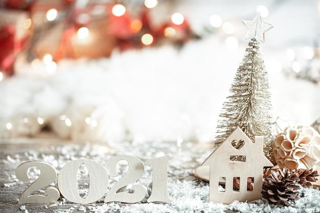Feestelijke abstracte kerst achtergrond met houten nummer 2021 close-up en decor details.