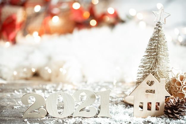 Feestelijke abstracte kerstmuur met houten nummer 2021 close-up en decor details.