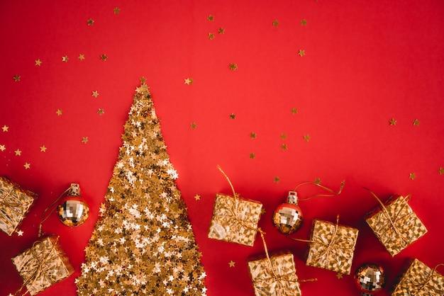 Feestelijke abstracte rode achtergrond met kleine gouden decoratieve sterren met fonkelingen.
