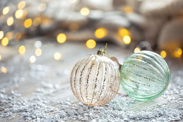 Feestelijke achtergrond met kerstballen en wazig bokeh lichten kopieer ruimte