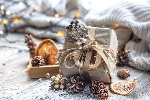 Feestelijke achtergrond met kerstcadeau op onscherpe achtergrond met bokeh