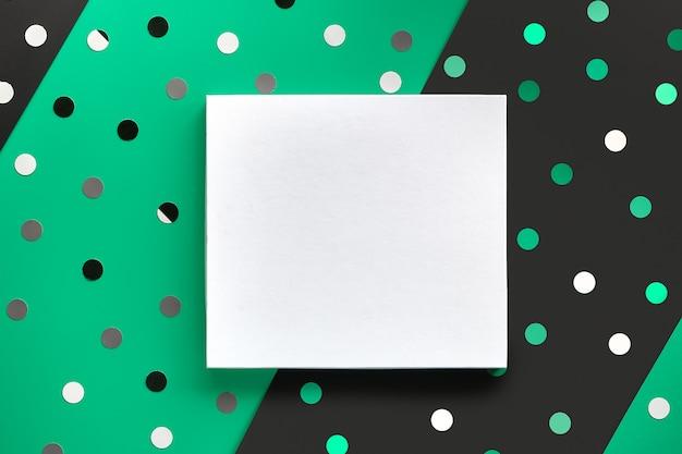 Feestelijke achtergrond met kopie-ruimte op canvas. platte ontwerp op split gelaagde groen, zwart papier achtergrond met confetti, polka dots, cirkels.