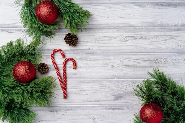 Feestelijke achtergrond met zuurstokken en kerstballen