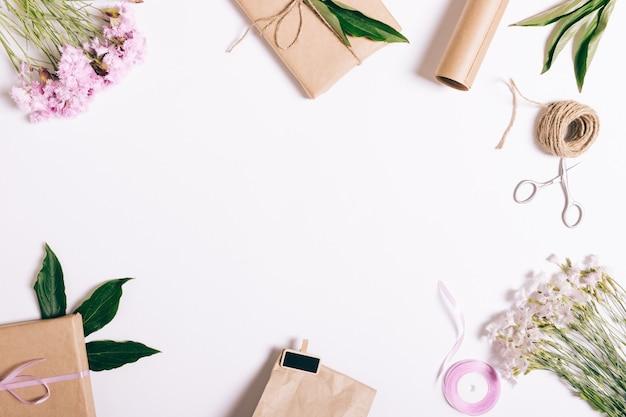 Feestelijke bloemen arrangement op wit met frame voor tekst