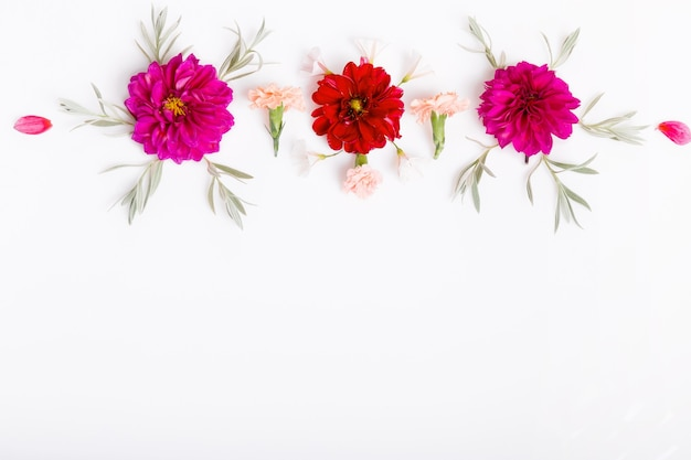 Feestelijke bloemen rode begonia, witte hortensia samenstelling op de witte achtergrond. bovenaanzicht, plat gelegd. ruimte kopiëren. verjaardag, moederdag, valentijnsdag, dames, trouwdag concept