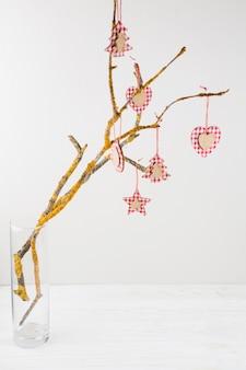 Feestelijke boomtak versierd met ornamenten