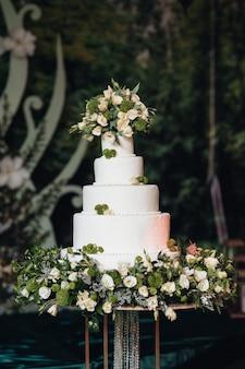 Feestelijke bruidsbiscuit met witte slagroom