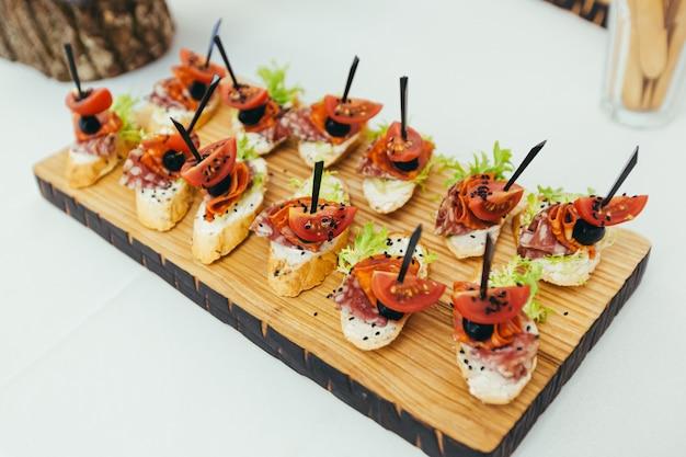Feestelijke buffettafel met diverse hapjes van vis en vlees