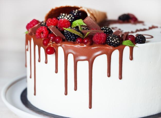 Feestelijke cake met chocolade en bessen in een wafelhoorn