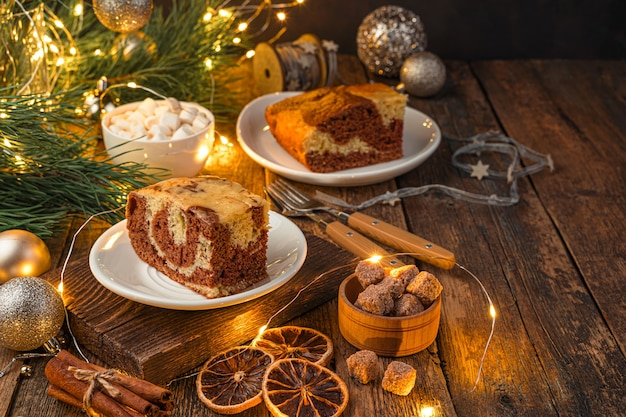 Feestelijke cake op een kerstachtergrond met verlichting het concept van kerstmis en nieuwjaar