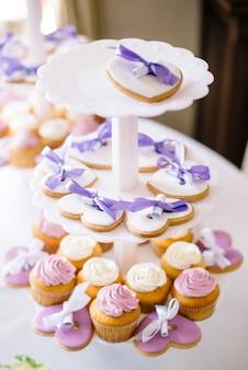 Feestelijke candybar. hartvormige cupcakes en peperkoek liggen op een bord