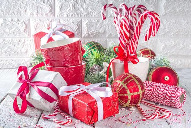 Feestelijke compositie met fir tree takken kerst decor en kerstballen