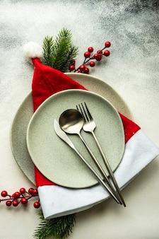 Feestelijke couvert voor de viering van de kerstavond op betonnen tafel