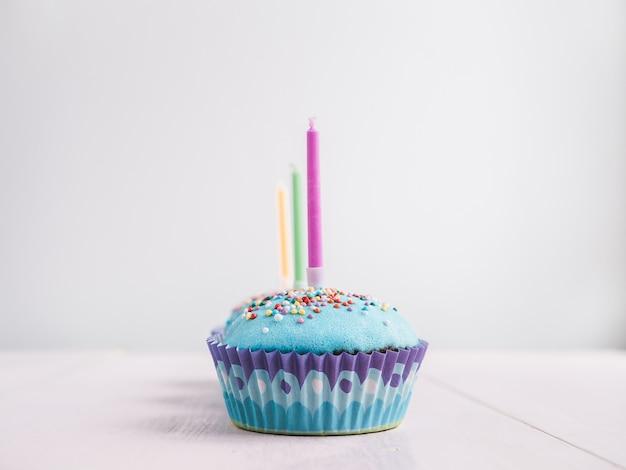 Feestelijke cupcakes met kaarsen