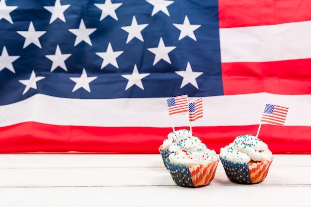 Feestelijke cupcakes op achtergrond van de vlag van de vs