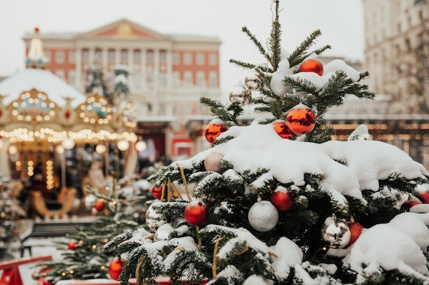 Feestelijke decoratie en kerstcarrousel met paarden