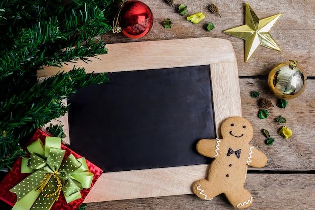 Feestelijke decoratie, kerstkoekje en nieuwjaar in de vorm van een peperkoekman, ster op de achtergrond