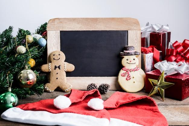 Feestelijke decoratie, kerstmis cookie, nieuwjaar in vorm van sneeuwpop, gingerbread man op woo