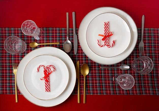 Feestelijke decoratie van kerst tafel voor het feest. uitnodiging, kerstviering, feestelijk diner concept