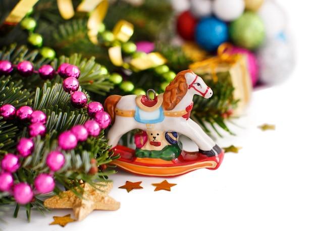 Feestelijke decoraties met hobbelpaard, kerstballen en zuurstok op hout