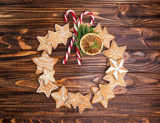 Feestelijke decoratieve krans van peperkoek kerstkoekjes.