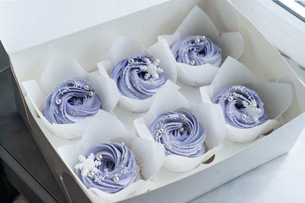 Feestelijke doos met blauwe cupcakes. zoet eten