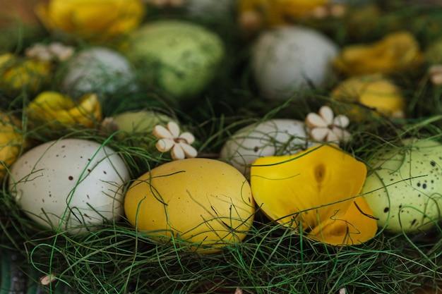Feestelijke easter basket met veelkleurige eieren op tafel