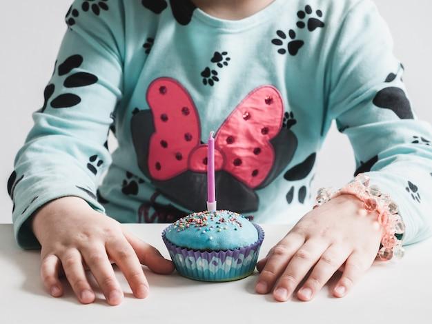 Feestelijke, geurige cupcake met een kaars