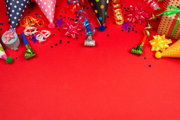 Feestelijke gouden en paarse sterren van confetti en een cadeau